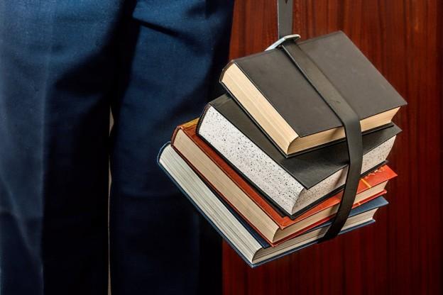 una persona con varios libros juntos