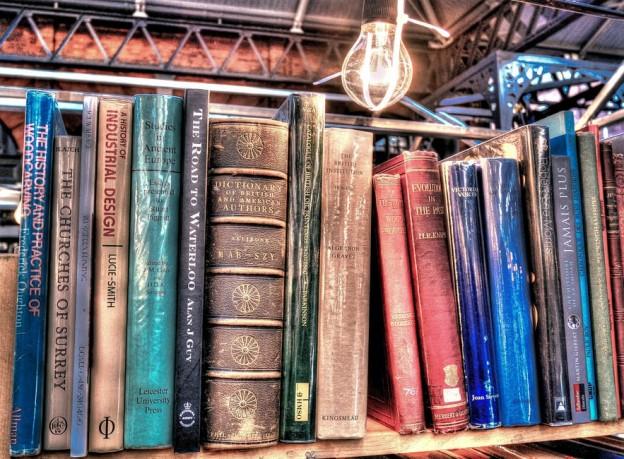 Una estantería con libros antiguos