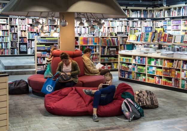 Dos personas leyendo en una librería