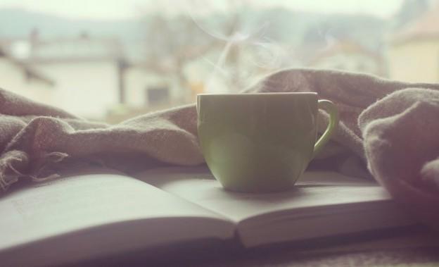 imagen de un libro y una taza de café