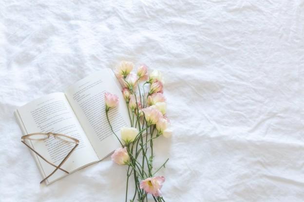 imagen de unas flores y un libro