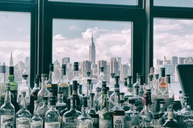imagen de una ciudad con botellas de alcohol