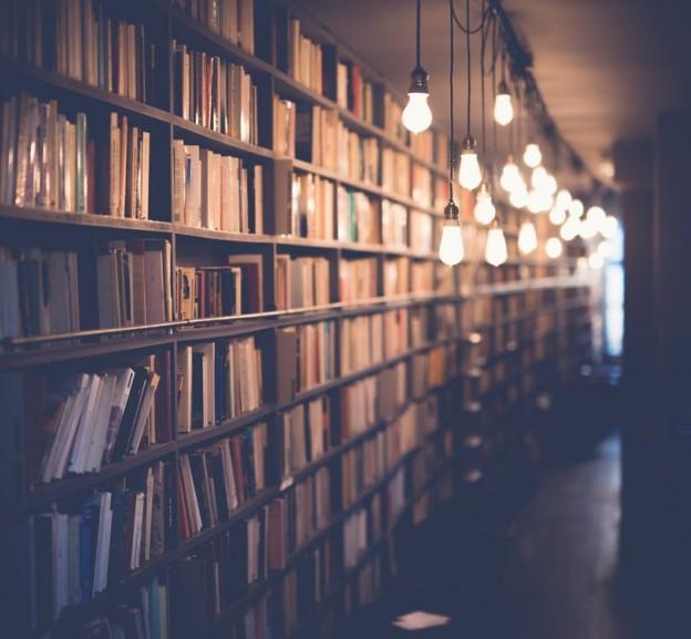 una librería llena de libros