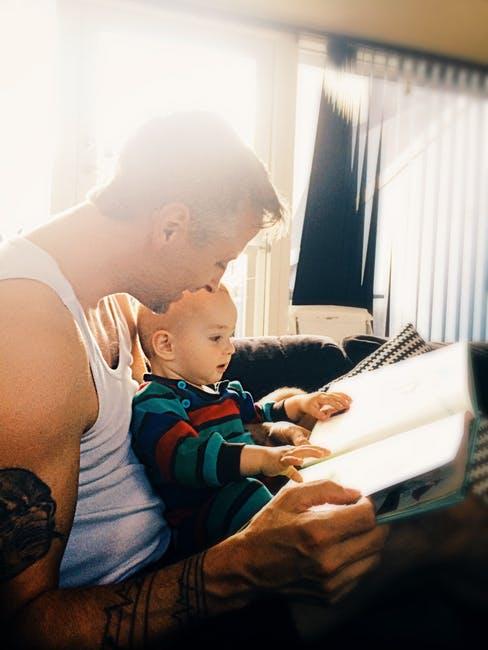 un padre leyendo a su hijo