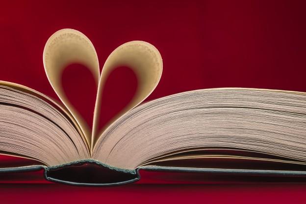 Libros con un corazón hecho con las páginas